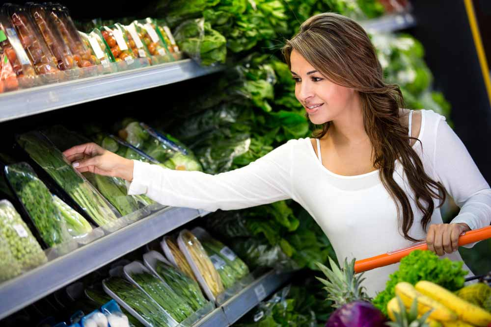 image of a woman making healthy choices while grocery shopping